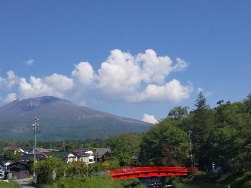 長倉神社の赤い橋と浅間山
