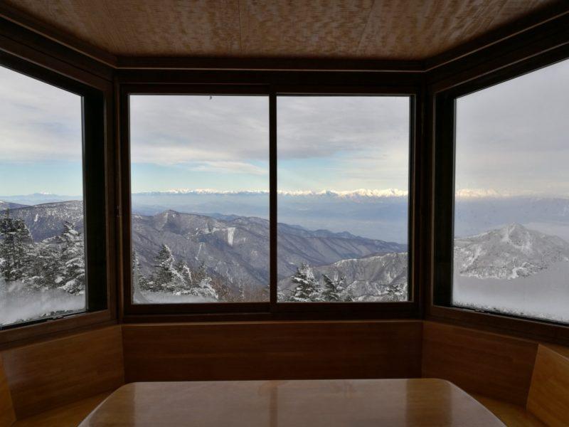 横手山頂ヒュッテの窓からの景色