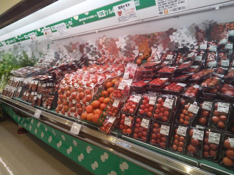 スーパーツルヤの野菜売り場(トマト)
