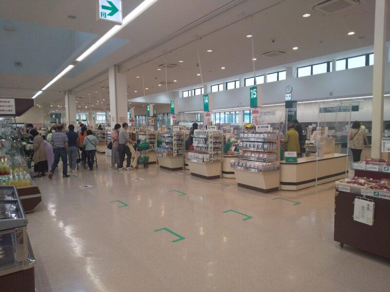 スーパーツルヤ軽井沢店でのレジ前の様子