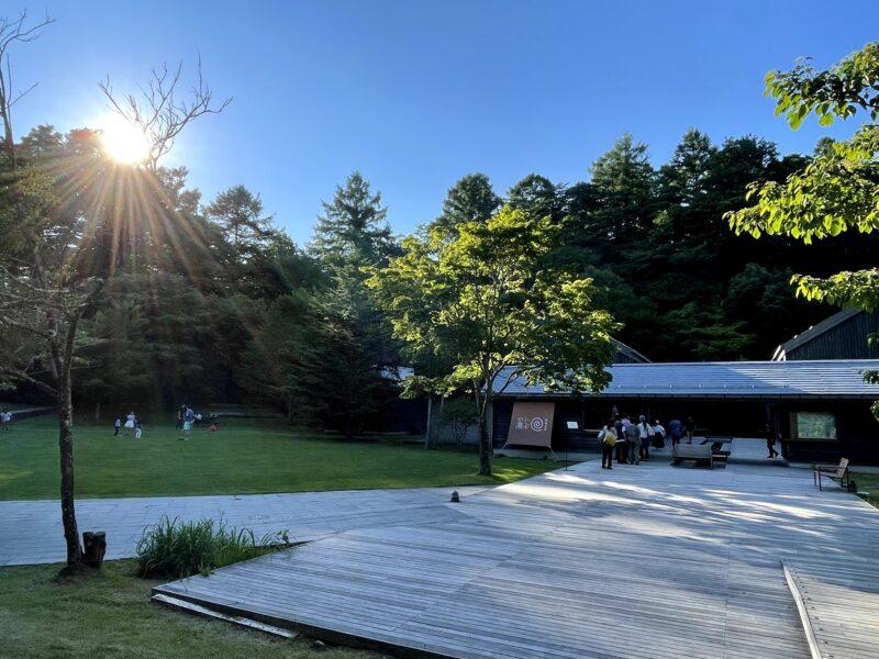 軽井沢星野エリアにあるトンボの湯の夕方の様子